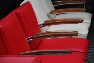 Czy warto kupić krzesło z podłokietnikami